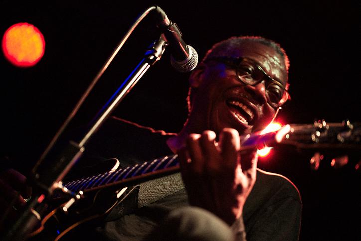 jazz singer performs live